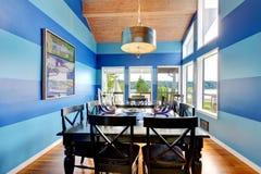 Λαμπρό dinning δωμάτιο με τους μπλε γδυμένους τοίχους Στοκ φωτογραφία με δικαίωμα ελεύθερης χρήσης
