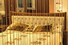 Λαμπτήρας ανάγνωσης από το κρεβάτι στην κρεβατοκάμαρα Στοκ Φωτογραφία