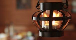 Λαμπτήρας κεριών που ταλαντεύεται στον αέρα απόθεμα βίντεο
