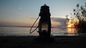 Λαμπτήρας κηροζίνης στην άμμο απόθεμα βίντεο