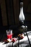 Λαμπτήρας κηροζίνης, compote της Apple και μήλα στον ξύλινο πίνακα Στοκ Εικόνα