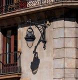 Λαμπτήρας οδών, φανάρι στον τοίχο κάτω από το μπαλκόνι στοκ εικόνες
