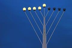 Λαμπτήρας οδών Menorah στο χρόνο Hanukkah ενάντια στον ουρανό βραδιού Στοκ Φωτογραφίες