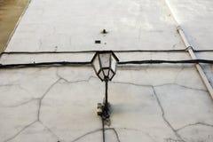 Λαμπτήρας οδών στον αστικό τοίχο στοκ εικόνες