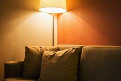 Λαμπτήρας πατωμάτων δίπλα στον καναπέ στο δωμάτιο ή το δωμάτιο ξενοδοχείου Στοκ Φωτογραφίες