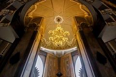 Λαμπτήρας που κρεμά στο ανώτατο όριο μέσα στο Χασάν ΙΙ το μουσουλμανικό τέμενος Στοκ εικόνα με δικαίωμα ελεύθερης χρήσης