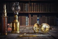 Λαμπτήρας, πυξίδα, διαιρέτης και τηλεσκόπιο σκαφών στον ξύλινο πίνακα Trav στοκ εικόνα με δικαίωμα ελεύθερης χρήσης