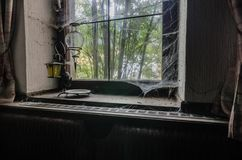 λαμπτήρας σε ένα windowsill με τους ιστούς αράχνης στοκ φωτογραφίες