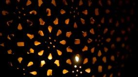 Λαμπτήρας σιδήρου υπό μορφή ένωσης καρδιών σε μια αλυσίδα απόθεμα βίντεο
