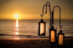 Λαμπτήρας στην παραλία ηλιοβασιλέματος Στοκ εικόνα με δικαίωμα ελεύθερης χρήσης