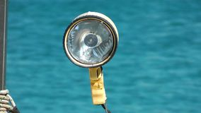 Λαμπτήρας στη βάρκα και τη θάλασσα απόθεμα βίντεο