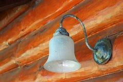 Λαμπτήρας στον πορτοκαλή τοίχο κούτσουρων Στοκ Φωτογραφίες
