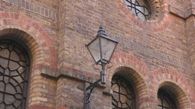 Λαμπτήρας στον τοίχο ενός παλαιού κτηρίου απόθεμα βίντεο
