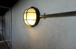 Λαμπτήρας στον τοίχο Στοκ φωτογραφία με δικαίωμα ελεύθερης χρήσης
