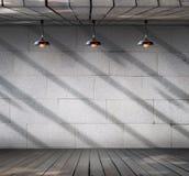 Λαμπτήρας στο βρώμικο συμπαγή τοίχο με το ξύλινο πάτωμα Στοκ Εικόνα