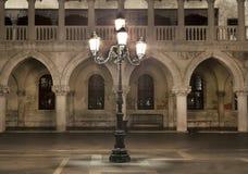 Λαμπτήρας τη νύχτα, Doge παλάτι, Βενετία, Ιταλία Στοκ Εικόνες
