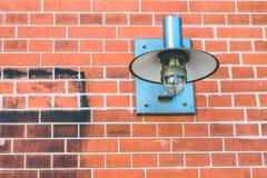 Λαμπτήρας Metall που καθορίζεται σε έναν τουβλότοιχο Στοκ εικόνα με δικαίωμα ελεύθερης χρήσης