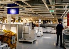 Λαμπτήρες αγοράς ατόμων και ανάβοντας εξοπλισμός στη IKEA Στοκ Εικόνες