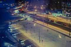 Λαμπτήρες και αυτοκίνητα τοπίου νύχτας… στην οδό Στοκ Εικόνες