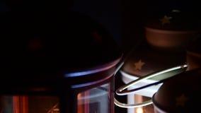 Λαμπτήρες και κεριά στο μαύρο υπόβαθρο όπως η ανασκόπηση είναι μπορεί θέμα απεικόνισης Χριστουγέννων χρησιμοποιούμενο απόθεμα βίντεο