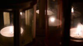 Λαμπτήρες και κεριά στο μαύρο υπόβαθρο όπως η ανασκόπηση είναι μπορεί θέμα απεικόνισης Χριστουγέννων χρησιμοποιούμενο φιλμ μικρού μήκους
