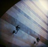 Λαμπτήρες οδών και σχεδιασμένος τοίχος Στοκ φωτογραφία με δικαίωμα ελεύθερης χρήσης