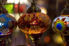 λαμπτήρες που γίνονται όμορφοι με τα χρωματισμένα κρύσταλλα Στοκ φωτογραφία με δικαίωμα ελεύθερης χρήσης