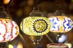 λαμπτήρες που γίνονται όμορφοι με τα χρωματισμένα κρύσταλλα Στοκ Φωτογραφία