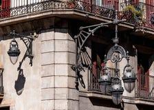 Λαμπτήρες Treet στον τοίχο του κτηρίου κάτω από το μπαλκόνι στοκ φωτογραφίες