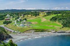 Λαοί που απολαμβάνουν τον καλό καιρό υπαίθρια σε μια δημόσια παραλία Στοκ εικόνες με δικαίωμα ελεύθερης χρήσης