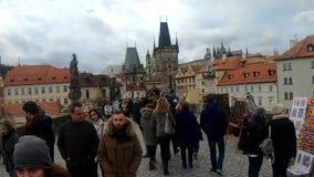 Λαοί στη διάσημη αγορά Χριστουγέννων εμφάνισης στην πλατεία του Wenceslas απόθεμα βίντεο