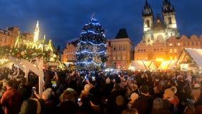 Λαοί στη διάσημη αγορά Χριστουγέννων εμφάνισης στην πλατεία του Wenceslas φιλμ μικρού μήκους