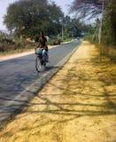 Λαοί του κόσμου Κορίτσι-ινδός ποδηλάτης Στοκ Φωτογραφία
