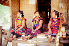 ΛΑΟΣ, BOLAVEN ΣΤΙΣ 12 ΦΕΒΡΟΥΑΡΊΟΥ 2014: Μη αναγνωρισμένες γυναίκες φυλών Alak στο β Στοκ Εικόνα