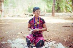 ΛΑΟΣ, BOLAVEN ΣΤΙΣ 12 ΦΕΒΡΟΥΑΡΊΟΥ 2014: Μη αναγνωρισμένες γυναίκες φυλών Alak στο β Στοκ φωτογραφίες με δικαίωμα ελεύθερης χρήσης