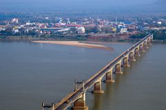 Λαοτιανός-Lao-Nippon γέφυρα πέρα από το ποταμό Μεκόνγκ στη νότια λαοτιανή πόλη Pakse στην επαρχία Champasak, λαοτιανός ΠΠΑ Στοκ εικόνα με δικαίωμα ελεύθερης χρήσης
