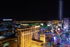 Λας Βέγκας, NV, ΗΠΑ 09032018: Άποψη ΝΥΧΤΑΣ της λουρίδας με τα περισσότερα από τα ιστορικά ξενοδοχεία, με την κύρια εστίαση στο pH στοκ φωτογραφία