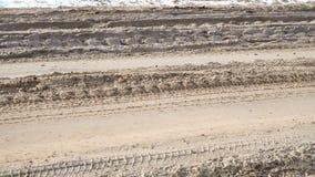 Λασπώδεις δρόμος και αυτοκίνητο με τις μεγάλες ρόδες από το οδικό όχημα απόθεμα βίντεο