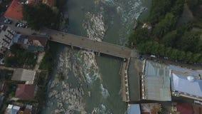 Λασπώδεις ροές του νερού στο γρήγορο ποταμό Rioni, πόλη Kutaisi στη Γεωργία, οικολογία απόθεμα βίντεο