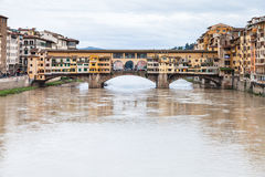 Λασπώδες νερό Arno και Ponte Vecchio το φθινόπωρο Στοκ Εικόνες