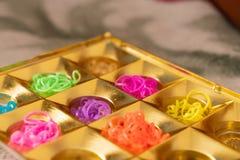 Λαστιχένιες ζώνες σιλικόνης στα διαφορετικά χρώματα για τα βραχιόλια πλεξίματος Δημιουργικότητα παιδιών, χόμπι, χειροποίητο στοκ εικόνα