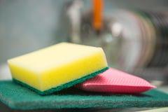 Λαστιχένιο σφουγγάρι αφρού για τα πιάτα πλύσης Στοκ Φωτογραφία