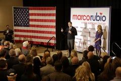 ΛΑΣ ΒΈΓΚΑΣ, NV - 14 ΔΕΚΕΜΒΡΊΟΥ: Ο δημοκρατικός προεδρικός υποψήφιος Φλώριδα γερουσιαστής Marco Rubio με τη σύζυγό του Jeanette Ru Στοκ εικόνα με δικαίωμα ελεύθερης χρήσης