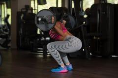 Λατίνα γυναίκα που κάνει τη βαρέων βαρών άσκηση για την πλάτη Στοκ εικόνες με δικαίωμα ελεύθερης χρήσης