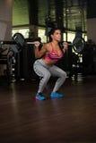 Λατίνα γυναίκα που κάνει τη βαρέων βαρών άσκηση για την πλάτη Στοκ Φωτογραφίες