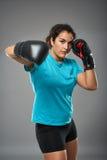 Λατίνος θηλυκός μαχητής που ρίχνει έναν γάντζο Στοκ εικόνα με δικαίωμα ελεύθερης χρήσης