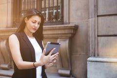Λατινικές wanderer γυναικών φωτογραφίες εξέτασης ότι πήρε το μαξιλάρι αφής της κατά τη διάρκεια strolling Στοκ φωτογραφία με δικαίωμα ελεύθερης χρήσης