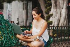 Λατινική γυναίκα που κρατά ένα lap-top και που χαμογελά στο Μεξικό, μεξικάνικο κορίτσι στοκ εικόνα με δικαίωμα ελεύθερης χρήσης