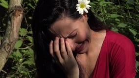 Λατινική γυναίκα που φωνάζει στη φύση απόθεμα βίντεο