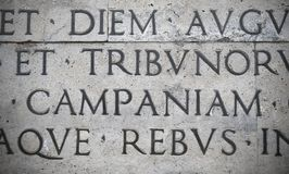 Λατινική επιγραφή στον εξωτερικό τοίχο του τοίχου Ara Pacis στη Ρώμη, Ιταλία Στοκ Φωτογραφίες